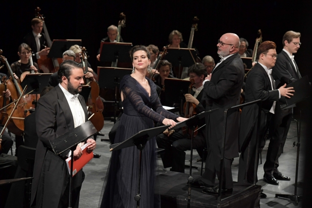 Mario Chang (Roberto Devereux), Ambur Braid (Elisabetta I.), Giuliano Carella (Musikalischer Leiter), Ingyu Hwang (Lord Cecil), Daniel Mirosław (Sir Gualtiero Raleigh), Frankfurter Opern- und Museumsorchester